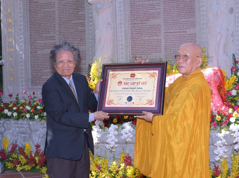 """Awarding ceremony to establish the record """"The Kim Cang sutra written in Vietnamese calligraphy with the largest size"""""""